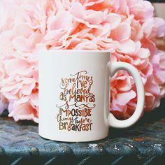 Genießen Sie Ihren morgendlichen Kaffee (oder Tee) mit unseren sechs unmögliche Dinge Kaffee-Becher! Weißer Krug mit metallischem gold Tinte.