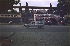 Berliner Sommerabend  am S-Bahnhof Pankow - 1979 Ich kann mich noch an den kleinen Rummelplatz erinnern. Wir sind damals so oft dort Karrusell gefahren. Heute stehen dort Neubauten.