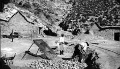 Men screening ore at nickel mine | por The Field Museum Library