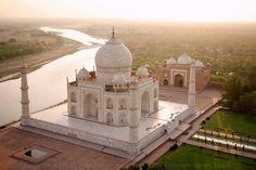 Taj Mahal en Agra, India El fotógrafo necesitó encontrar el momento adecuado para tomar estas instantáneas ya que está prohibido sobrevolar la zona con drones. El resultado es espectacular, puesto que rara vez se habían tomado fotografías desde estos ángulos.