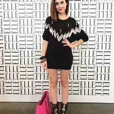 Ultimo #lookfarage no #spfw43 e último look em parceria com a @roupateca, tava louca pra usar essa paredinha linda da @ellebrasil 🖤 | e a roupa parece um vestido mas é meu clássico: blusa grande e saia curta 😂. Não deixa de ver o stories que tem backstage da @use_jardin e conversa sincera sobre meu peso/saúde 🙄.  .  #ootd #lookdodia #consultoradeestilo #mommylifestyle #maternidadeecarreira