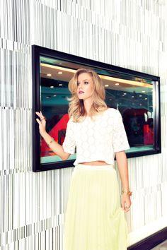 Sale time - fevereiro 2014 - Blusa cropped Colcci, saia A.Brand e acessórios Camila Klein.