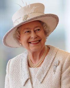 Rainha que é rainha quebra mesmo todos os recordes né? Elizabeth II completa hoje 65 anos no trono e além de ser a monarca dereinadomais longo da história do Reino Unido se tornou a única a comemorar um jubileu de safira. Vem saber tudo sobre como ela (e os súditos) vão comemorar a data lá no nosso site. É só clicar no link da bio ok?   via GLAMOUR BRASIL MAGAZINE OFFICIAL INSTAGRAM - Celebrity  Fashion  Haute Couture  Advertising  Culture  Beauty  Editorial Photography  Magazine Covers…