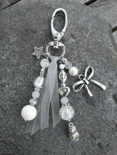 Beautiful beaded bag charm created with White and Silver Beads plus a bit of ribbon. Charm Jewelry, Jewelry Crafts, Beaded Jewelry, Handmade Jewelry, Jewellery, Bijoux Diy, Schmuck Design, Beads And Wire, Silver Beads
