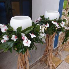 λαμπάδες γάμου με φρέσκα άνθη σε βάσεις από θαλασσόξυλα..Δεξίωση | Στολισμός Γάμου | Στολισμός Εκκλησίας | Διακόσμηση Βάπτισης | Στολισμός Βάπτισης | Γάμος σε Νησί - στην Παραλία. Rustic Wedding, Our Wedding, Day Plan, Christening, Bride Groom, Diy And Crafts, Table Decorations, Big Day, Mariage