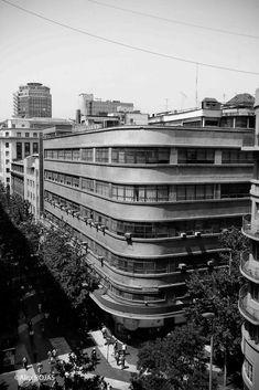 El edificio Oberpaur, construido en el año 1929 por los renombrados arquitectos chilenos Sergio Larraín G. y Jorge Arteaga, es considerado el primer edificio moderno en Chile.