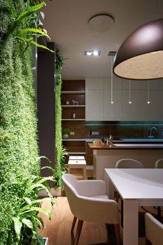 appartement moderne avec luminaires design et mur végétal intérieur
