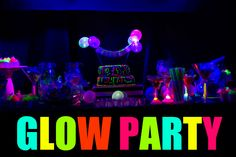 A glow party is so much fun and super easy to put together. Glow party food ideas, glow party games AND a free printable glow party invite. Glow Party Food, Glow Stick Party, Glow Sticks, Rainbow Birthday Party, 30th Birthday Parties, Party Hacks, Party Ideas, Neon Party Themes, Blacklight Party
