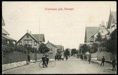Rogaland fylke STAVANGER. DRONNINGENS GADE med folk og ungdommer med sykler Utg Lars Olsen brukt 1910,