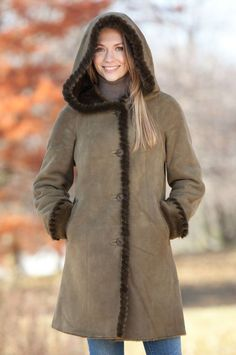 hearling is just as warm and cozy as fur but it's less dressy, making it perfect for everyday casual and street style looks. Casual Outfits For Moms, Mom Outfits, Stylish Outfits, Winter Coats Women, Coats For Women, Clothes For Women, Latest Fashion Design, Latest Fashion Trends, Modest Fashion