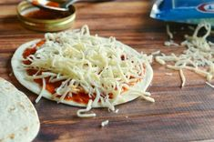 Easy Tortilla Pizzas are a great after school snack recipe that kids will love! Pizza Recipes, Mexican Food Recipes, Snack Recipes, Cooking Recipes, Ethnic Recipes, Kid Recipes, Recipies, Pizza Buns, Toast Pizza