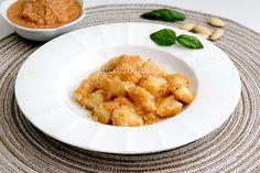 Gli gnocchi di patate al pesto di mandorle sono un primo piatto delicato e raffinato servito con del pane tostato all'aglio è davvero una prelibatezza.