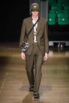 See all the Collection photos from MSGM Spring/Summer 2020 Menswear now on British Vogue Men's Fashion, Unique Fashion, Winter Fashion, Fashion Design, Vogue Paris, La Mode Masculine, Fashion Show Collection, Msgm, Mannequins