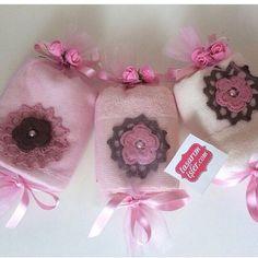 Instagram photo by @tasarimisler via ink361.com Crochet Potholder Patterns, Towel, Creations, Handmade, Gifts, Diy, Instagram, Design, Ribbon Rose