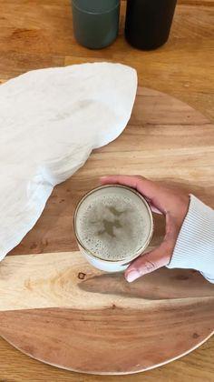 Vuoi sapere come rimuovere le macchie da caffè dalle tazze in modo semplice e veloce? Prendi del bicarbonato, aggiungi dell'acqua bollente e fai agire 5 min! //Arredamento casa interni design idee ispirazione decorazione pulizia tazze caffè tè bicarbonato acqua calda cucina trucchi #Westwing #casa #interni #design #cucina