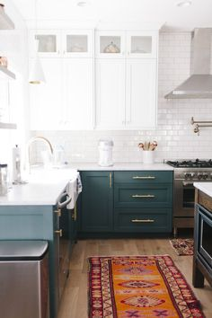 Upgrade standard cabinets with motivation from these 41 two-tone kitchen cabinet… Upgrade standard cabinets with motivation from these 41 two-tone kitchen cabinet suggestions, which will modernize and also add personalized detail to your kitchen. Kitchen Cabinets Grey And White, Two Tone Kitchen Cabinets, Refacing Kitchen Cabinets, Kitchen Cabinet Design, Kitchen Decor, Two Toned Kitchen, Whitewash Cabinets, Rustic Kitchen, Cabinet Refacing