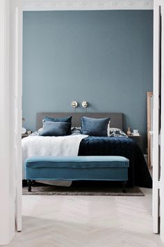 Bewezen: dit zijn de beste kleuren voor in de slaapkamer! Twijfel je nog in welk… Proven: these are the best colors for the bedroom! Are you still unsure in what color you want to paint the walls of your bedroom? Blue Gray Bedroom, Blue Bedroom Decor, Blue Rooms, Bedroom Colors, Bedroom Wall, Master Bedroom, Blue White Bedrooms, Bedroom Colour Schemes Blue, Swedish Bedroom