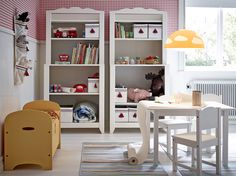 Detská izba s dvomi bielymi policovými dielmi s úložnými škatuľami rôznych veľkostí