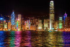 www.trippics.com | Toda noite tem Sinfonia das Luzes em Hong Kong, na China! Mais de 40 prédios participam do espetáculo de som, laser, LEDs e fogos.
