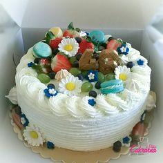 DORT S OVOCEM :-) vanilkový dort s vanilkovým šlehačkovým krémem s malinami :-) ozdoby - květiny z pravého marcipánu, čerstvé ovoce, makronky ... :-) #3ddorty #cukrarna #cukrarnaeliska #makronky #ovoce #marcipan Cake, Desserts, Food, Tailgate Desserts, Deserts, Kuchen, Essen, Postres, Meals