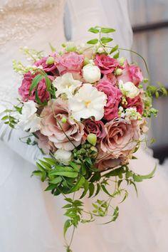 シックなピンクのバラ(ジュリア&ハロウィン)と白バラのクラッチブーケ。グリーンで流れを出してキャスケード風に。