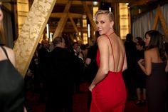 Pin for Later: Die besten Fotos der Oscars sind entstanden, wenn die Stars mal nicht gezwungen posieren Charlize Theron