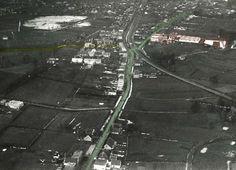 Oud Almelo, en foto gemaakt vanuit een luchtballon.Groen gemerkt de Bornebroeksestraat (van boven naar beneden gemerkt vanaf de splitsing Zuiderstraat).Bruin gemerkt de bierbrouwerij en geel gemerkt de Ossenkoppelerlaan. Zoals te zien is bestonden de Violierstraat en de Schoolstraat (Acaciastraat) nog niet en de overweg was nog enkel uitgevoerd.