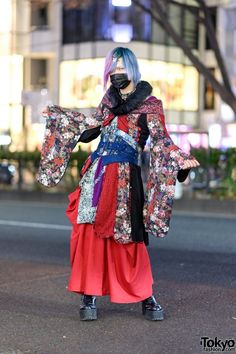 Qutie Frash Kimono Style in Harajuku w/ Pink-And-Blue Hair, Face Mask, Multi-Print Kimono, Corset Belt, Wide Leg Pants & Platform Boots Japanese Streets, Japanese Street Fashion, Tokyo Fashion, Harajuku Fashion, Kimono Fashion, Punk Fashion, Fashion News, Red Wide Leg Pants, Harajuku Girls