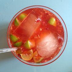 Herkku booli syntyy jääteestä, kuohuviinistä, vodkasta, limetistä ja grenadiinista.