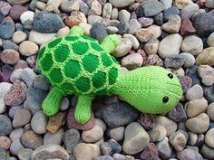 Denne skildpadde har nogle år på bagen, men er stadig lige populær. Den er ikke særlig svær at strikke, og børnene vil elske den. Her i bomuld/modal. Læs mere ...