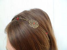 """head band bronze et cristal """" ness """" ,composé d'une estampe en laiton et un cabochon en verre rouge,perles en cristal,entre-deux laiton le tout sur une chaine et un cordon élasti - 1472760"""