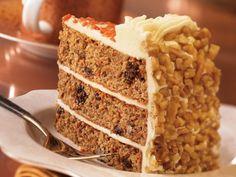 Первые морковные пироги, а позже и торты появились в средневековой Европе, предположительно в Италии
