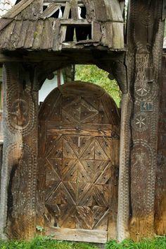 Maramures,  Roumanie.  Vue partielle d'un portail en bois.                                                                                                                                                     Plus