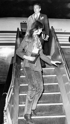 Refuses to Label Jean Shrimpton, Airport Photos, Swinging London, Girls Slip, Sixties Fashion, International Style, Famous Girls, I Love Girls, Vogue Magazine
