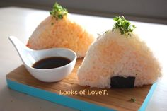 Onigiri mit Mango und Karotte, japanische Rezepte Om, Grains, Mango, Rice, Japanese Recipes, Gluten Free Diet, Carrots, Good Food, Healthy Food