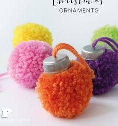Gömb alakú karácsonyfadíszek pomponokból műanyag kupakkal / Mindy - kreatív ötletek és dekorációk minden napra