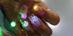 LED Disco Nails: Αυτό είναι σίγουρα το πιο funky manicure!