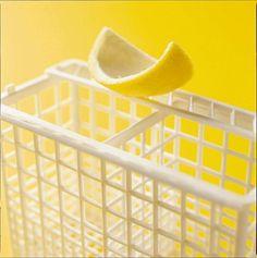 Gooi schil van uitgeperste citroen niet weg maar leg hem in de vaatwas.  Ruikt lekker