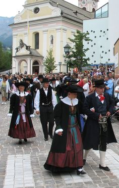 Trachten_Gröden. Alto adige, Italy Ukraine, Italy Culture, Costumes Around The World, South Tyrol, People Of The World, Traditional Dresses, Heritage Site, Portrait, Austria