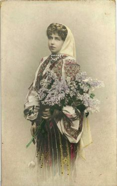 Regina Maria a României în costum popular - Queen Marie of Romania dressed in traditional costume Vintage Photos Women, Vintage Photographs, Romanian Royal Family, Folk Fashion, Queen Mary, Through The Looking Glass, Queen Victoria, Historical Photos, Traditional Outfits