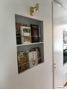 Bookshelf Styling, Bookshelves, Bookcase, Decoration, Bathroom Medicine Cabinet, Home Kitchens, Kitchen Dining, Sweet Home, House Design