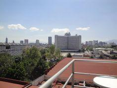 Vista de la ciudad de México desde el balcón de Fórum Buenavista con un bello paisaje y pocas nubes.