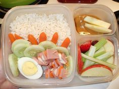 In our lunch box: Facebook fan Kim shared this with us. I'm impressed with the mini carrot divider wall. How cool is that? :)