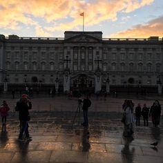 Kjekt å vera på besøk i London igjen!  måtte på litt sightseeing igjen då..   #buckinghampalace #nofilter #london #goodtobeback #wanttoshoptilidrop #england #holiday #niceskyline #storbyferie #vondtibeina #gåttoveralt #touristlife by ingerlh