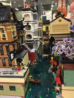 Lovely canal in the city Lego Ninjago City, Lego City, Lego Movie Sets, Lego Humor, Japanese Castle, Amazing Lego Creations, Brick In The Wall, Lego Modular, Lego Worlds