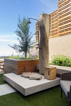 The Interior Design Of This Apartment Includes A Mixture Of Contemporary Materials This modern outdoor shower was created from a reclaimed tree trunk and brass piping. Outdoor Pool Shower, Outdoor Baths, Outdoor Bathrooms, Outdoor Rooms, Outdoor Living, Outdoor Kitchens, Zeitgenössisches Apartment, Casa Patio, Garden Shower
