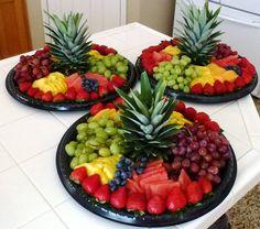 Completa la decoración de tu fiesta luau con este tip. Utiliza comida y fruta para crear una mesa de colores exóticos. #party #hawaiana