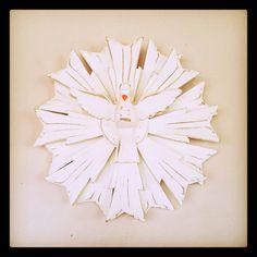 Divino espirito santo e esplendor todo feito em madeira. <br>É, sem dúvida, um lindo objeto de decoração. Pode ser utilizado em qualquer ambiente, dizem até que na porta de casa ou na cabeceira da cama além de enfeitar ele também protege. <br> <br>Tamanho aproximado: 27 cm de largura x 27 de altura.
