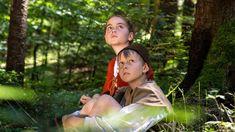 """""""Hänsel und Gretel"""" gilt als das bekannteste aller Grimm-Märchen. Die Doku folgt den mutigen Kindern auf ihrem gefährlichen Weg durch den Wald."""