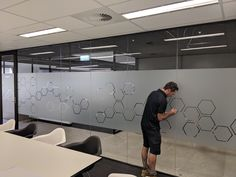 You can never have too many hexagons! Our team installed this funky design throughout the offices and meetings rooms of a global software provider in Brisbane CBD recently - strip allowing great visibility still, but excellent privacy Office Fit Out, The Office, Frosted Glass Design, Brisbane Cbd, Glass Office, Modern Office Design, Privacy Glass, Funky Design, Office Spaces